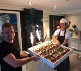 Crew präsentieren Kuchen