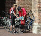 Utrecht: Radfahrer studieren die Stadtkarte
